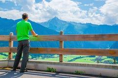 Turista novo e paisagem alpina, Áustria, cumes Fotos de Stock