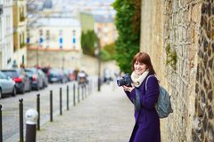 Turista novo em Paris em Montmartre fotografia de stock