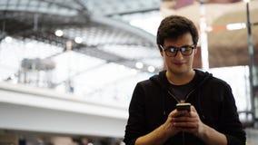 Turista novo nos vidros que texting e que estão felizes video estoque