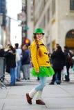 Turista novo que tem o divertimento durante a parada do dia do St Patrick anual em New York Imagens de Stock