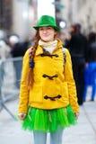 Turista novo que tem o divertimento durante a parada do dia do St Patrick anual em New York Foto de Stock