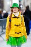 Turista novo que tem o divertimento durante a parada do dia do St Patrick anual em New York Foto de Stock Royalty Free