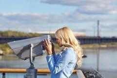 Turista novo que usa a plataforma de observação da torre do telescópio mim Imagens de Stock