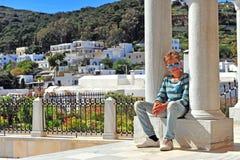 Turista pequeno que senta-se em colunas antigas Fotografia de Stock