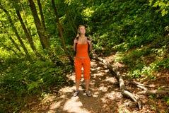 Turista perdido en bosque Fotografía de archivo