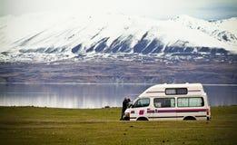 Turista perso con il campeggiatore Van fotografia stock libera da diritti
