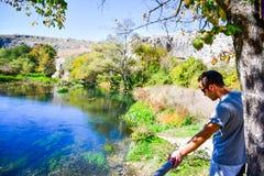 Turista perto de um rio imagens de stock