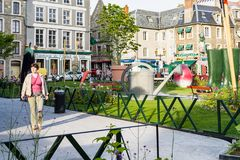 Turista perto do jardim Jardin Ephemere em Boulogne imagens de stock