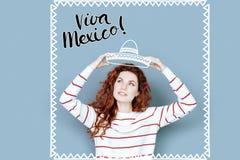 Turista positivo que veste um chapéu ao estar em México imagem de stock royalty free