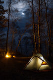 Turista que acampa con la hoguera en la noche Foto de archivo libre de regalías