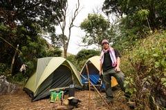 Turista que acampa en pico de montaña del bosque Fotografía de archivo libre de regalías