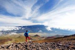 Turista que admira la vista impresionante del volcán de Mauna Loa en la isla grande de Hawaii Fotografía de archivo