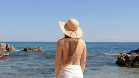 Turista que alcança a praia que contempla o oceano em férias vídeos de arquivo