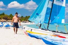 Turista que anda ao longo da praia em Varadero, Cuba Imagem de Stock