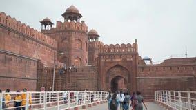 Turista que anda dentro da entrada principal à opinião dianteira de Ásia da Índia vermelha historial velha antiga de Deli do fort video estoque