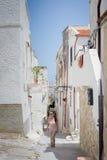 Turista que anda em Vieste, Foto de Stock Royalty Free