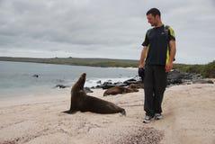 Turista que anda por um selo Imagem de Stock