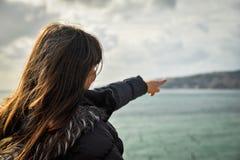 Turista que aponta no mar Imagem de Stock Royalty Free
