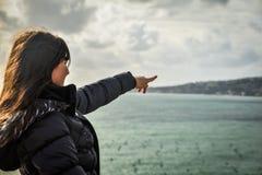 Turista que aponta no mar Fotos de Stock Royalty Free
