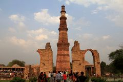 Turista que aprecia em Qutub Minar, Deli, Índia imagens de stock