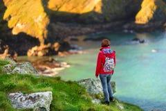 Turista que aprecia a ideia do litoral córnico áspero perto da aldeia piscatória histórica na manhã ensolarada, Cornualha de Isaa imagens de stock royalty free