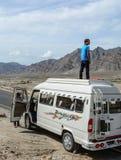 Turista que aprecia na mini camionete em Kashmir fotos de stock