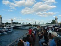 Turista que aprecia no cruzeiro do seine perto da ponte de alexander do pont Imagens de Stock Royalty Free
