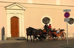 Turista que aprecia o passeio do carro do cavalo em Weimar Fotografia de Stock Royalty Free