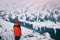 Turista que aprecia a paisagem bonita na montanha do inverno Foto de Stock