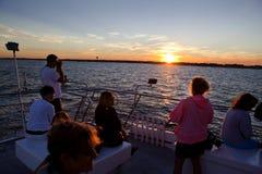 Turista que aprecia um cruzeiro do por do sol da carta patente em New-jersey Fotografia de Stock Royalty Free
