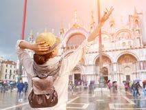 Turista que aprecia umas férias no quadrado de San Marco, Veneza Imagem de Stock