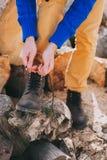 Turista que ata los zapatos Imágenes de archivo libres de regalías