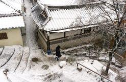 Turista que camina abajo de hanok del bukchon Fotos de archivo