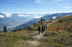 Turista que camina en el senderismo Imagenes de archivo