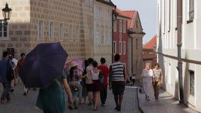Turista que camina en las calles estrechas del castillo de Praga almacen de video
