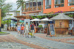 Turista que camina en San Cristobal Street, las Islas Galápagos, Ecuador Imagen de archivo libre de regalías