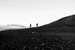 Turista que camina para arriba en la montaña Imagenes de archivo