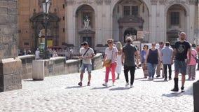 Turista que camina a través de las puertas icónicas de Charles Bridge almacen de video