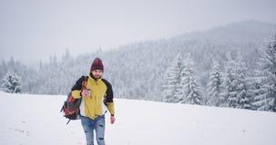 Turista que camina a trav?s del campo nevoso, sosteniendo una taza con t? caliente para conseguir paisaje caliente, hermoso en fo almacen de video