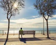 Turista que descansa e que olha a praia Foto de Stock