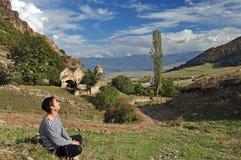 Turista que descansa perto do monastério armênio Ardvi imagens de stock royalty free