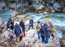 Turista que disfruta de la caída cárpata del agua foto de archivo libre de regalías