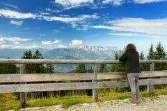 Turista que disfruta del lansdcape impresionante de las montañas bávaras con las montañas majestuosas en el fondo Foto de archivo libre de regalías