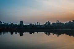 Turista que entra no panorama de Angkor Wat através do fosso Camboja Imagens de Stock Royalty Free
