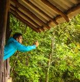 Turista que faz a imagem na floresta úmida Fotografia de Stock Royalty Free