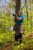 turista que fotografía el bosque Fotografía de archivo libre de regalías