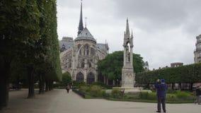 Turista que fotografía el Notre-Dame de Paris medieval famoso, Francia que hace turismo almacen de video