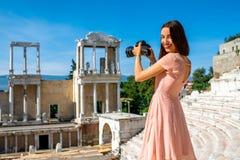 Turista que fotografía el teatro romano en Plovdiv imagen de archivo