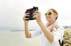 Turista que fotografa na praia imagens de stock royalty free