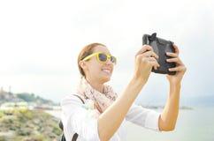 Turista que fotografa na praia fotos de stock